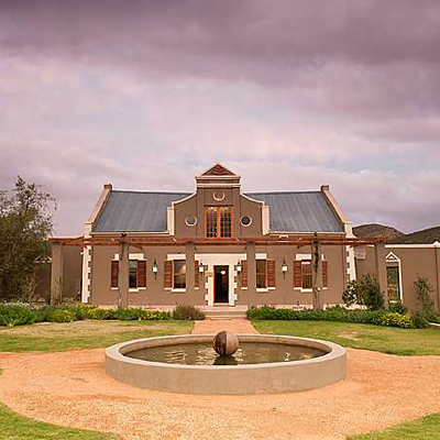 Enjoy a decadently romantic experience with that someone special at the 4* Kingsriver Estate near to the Robertson Wine route! Only R899 per couple per night and includes two meals a day!