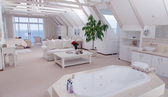 Luxury Getaway for 2 in a Penthouse Suite or Double Room at Whale's Way Ocean Retreat, Wilderness!