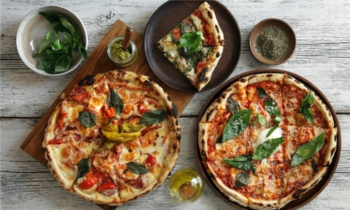 2 x Gourmet Pizza's and 2 x Non-Alcoholic Drinks from Fort Simon Wine Estate