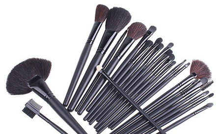 24-piece natural bristle make-up brush set and case for R299, including delivery (save 50%)